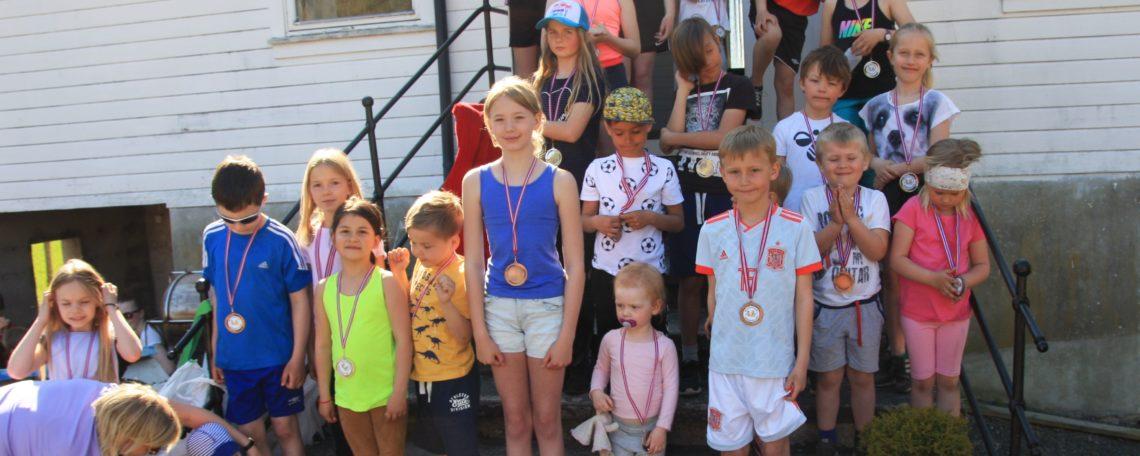Alle dei små fekk medalje etter løpet