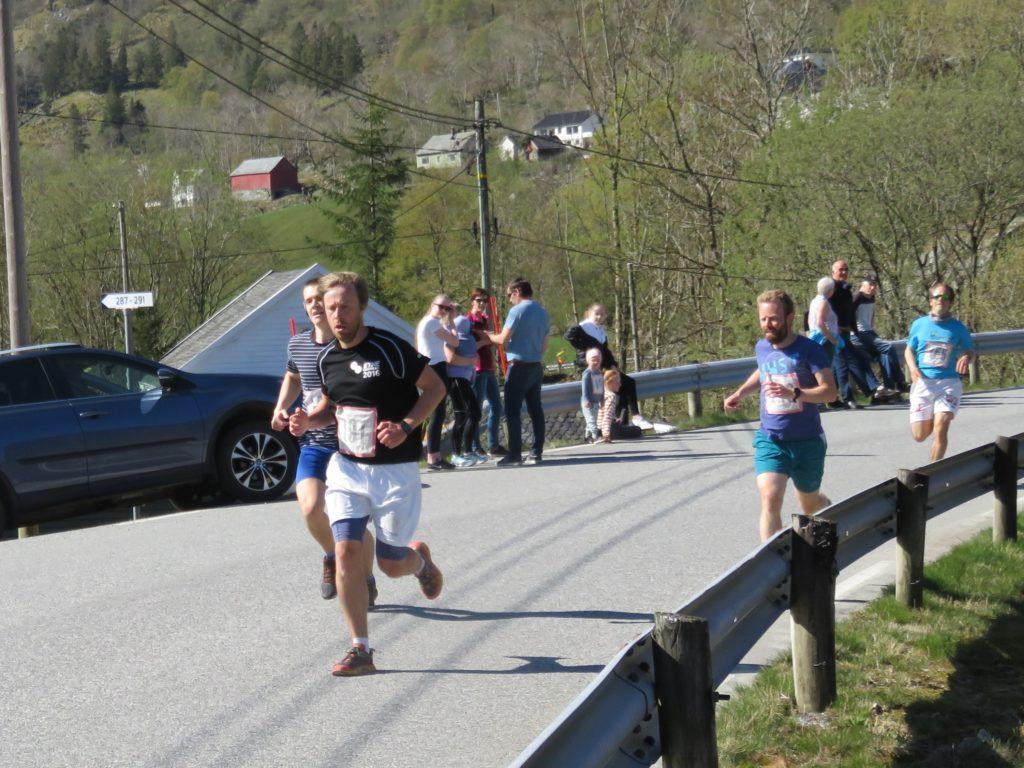 Ørjan Løhaugen nr 6 i mål, på 4.28 min. Med Torstein Skjold, Torbjørn Reiso